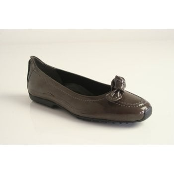 Kennel & Schmenger pump with knot trim in grey patent leather